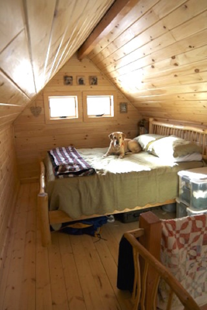 This Tiny Loft Cabin Has a Wonderfully Traditional Look About It!