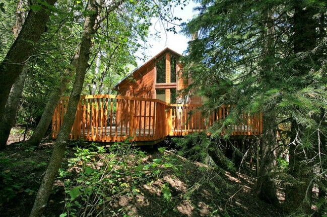 Enjoy a relaxing mountain getaway at the hillside hideaway for Mountain cabin plans hillside