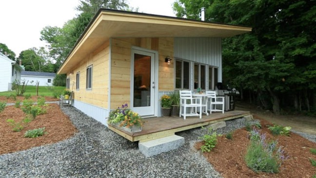 rent tiny house. thrifty vermont family rent main house and live in tiny