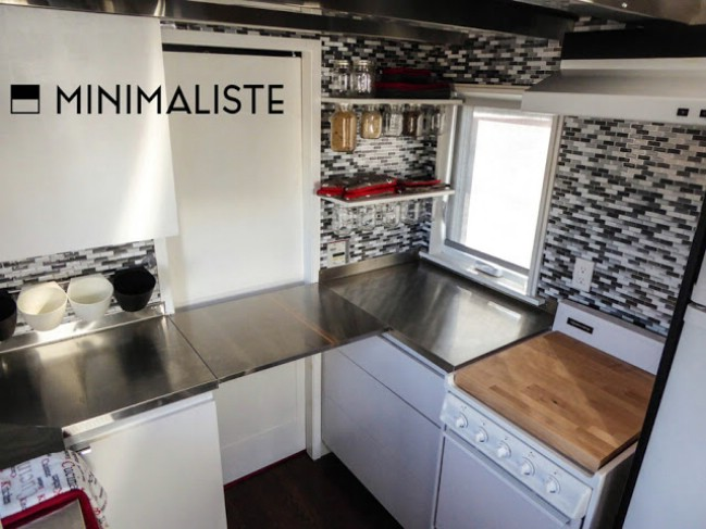 The sequoia is a 220 sf modern tiny house by quebec for Minimaliste houses