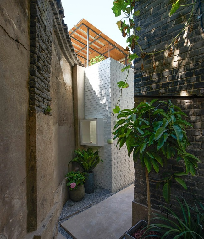 460 Square Foot Tiny House Squeezes into Beijing Alleyway and Houses Family of Six