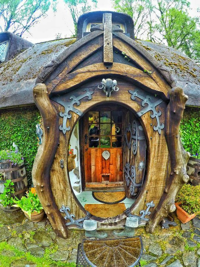 hobbit house in uk inspires fans of the series and tiny house lovers tiny houses. Black Bedroom Furniture Sets. Home Design Ideas