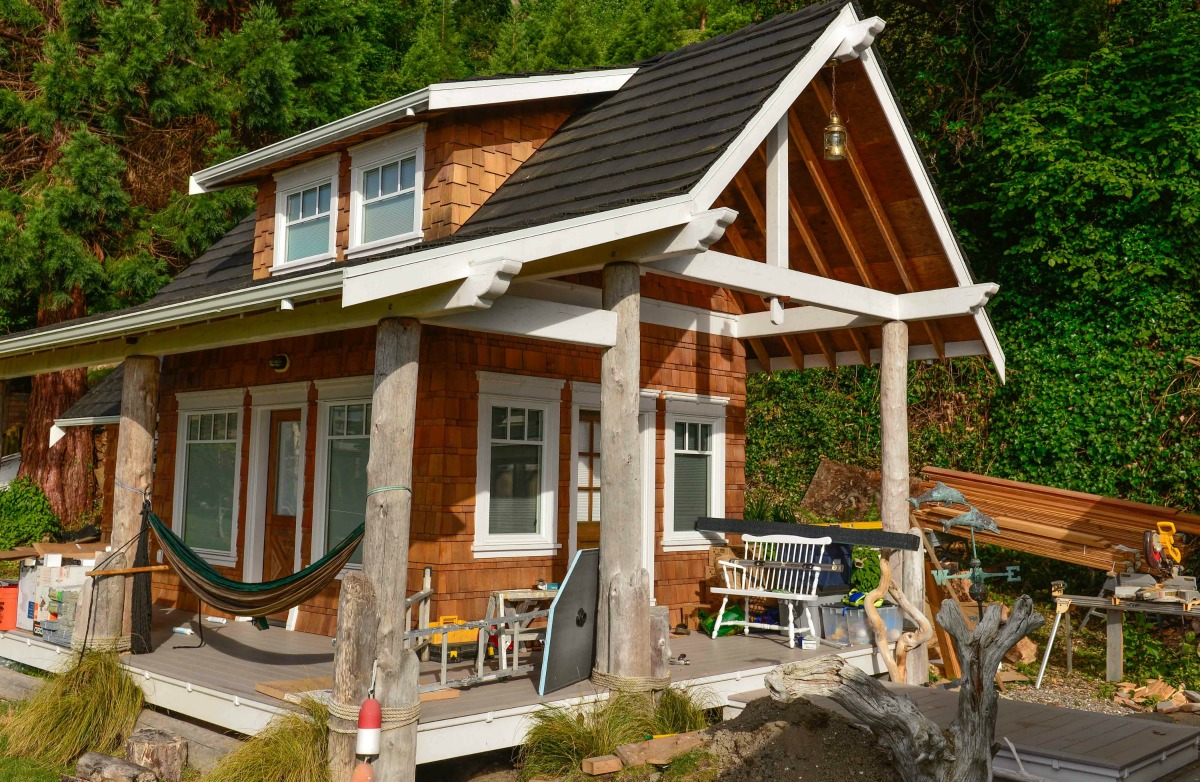 Samurai carpenter finally finishes construction on diy for Carpenter style homes