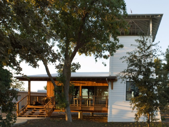 Yolo Tiny House in Sacramento Valley Gets Inspiration from Water