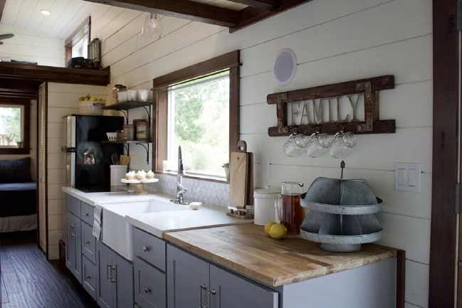 Tiny traveling farmhouse by tiny heirlooms perfect for a for Tiny house with main floor bedroom
