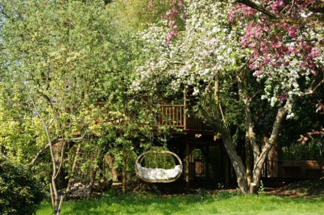 The Willow Nook Treehouse is Surrounded by Gorgeous Greenery