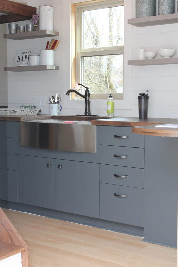 Farmhouse counter and sink