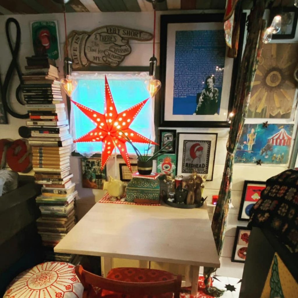 Red star in window by white table