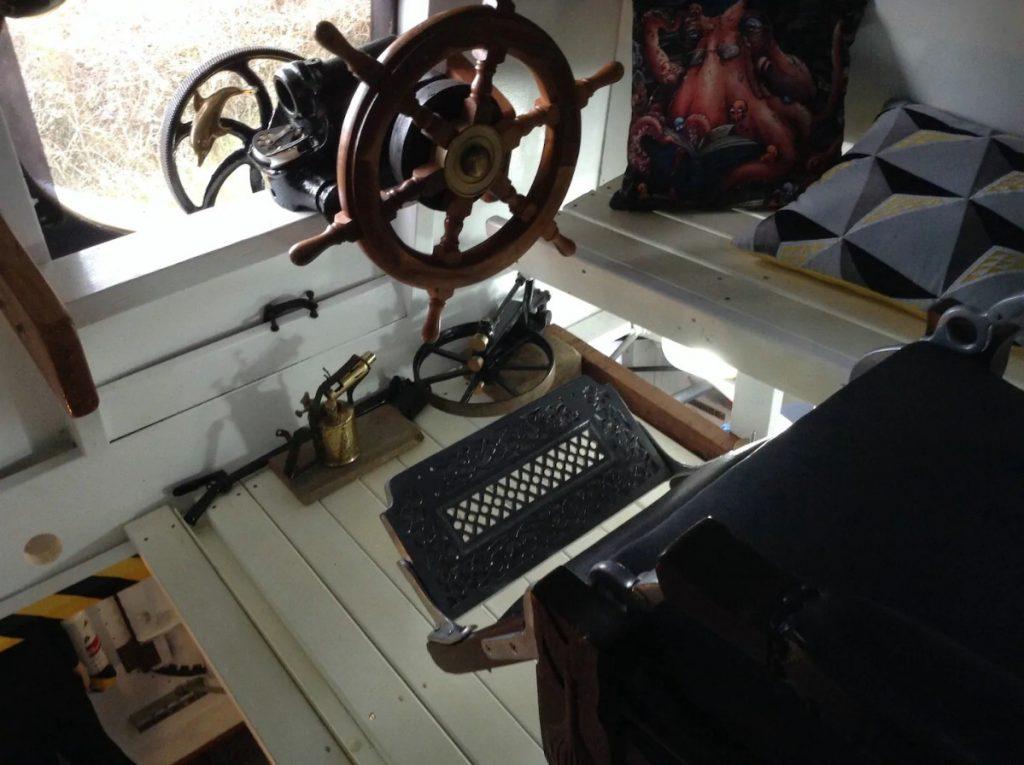 Steering wheel to yellow submarine